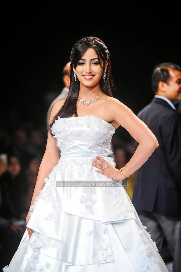 Bollywood actress Yami Gautam walks the ramp for Nazraana by Rio Tinto on Day 3 of India International Jewellery Week (IIJW), 2014, held at Grand Hyatt, in Mumbai.