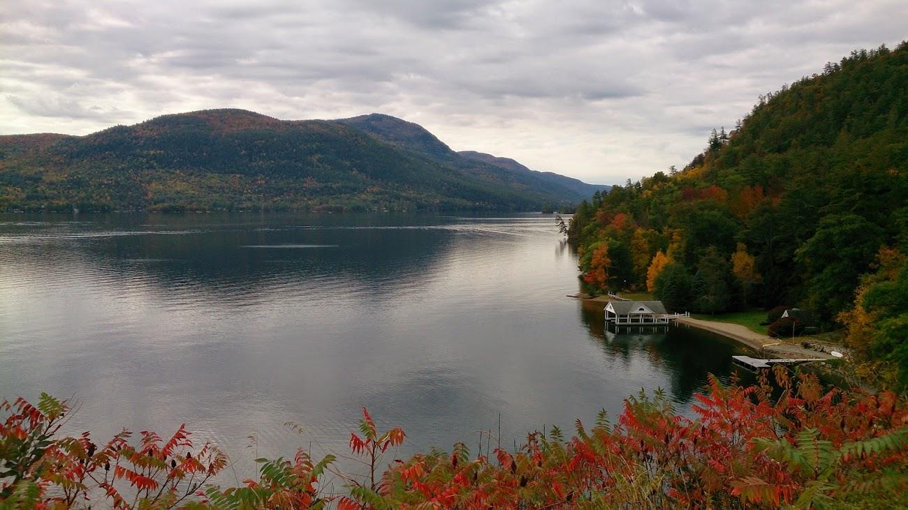 還沒找到入口前,先俯瞰了早晨的湖邊