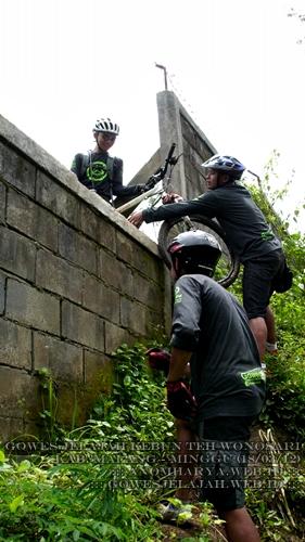 Inilah solusi dari kami ketika menghadapi dinding yang menghalangi jalur gowes.