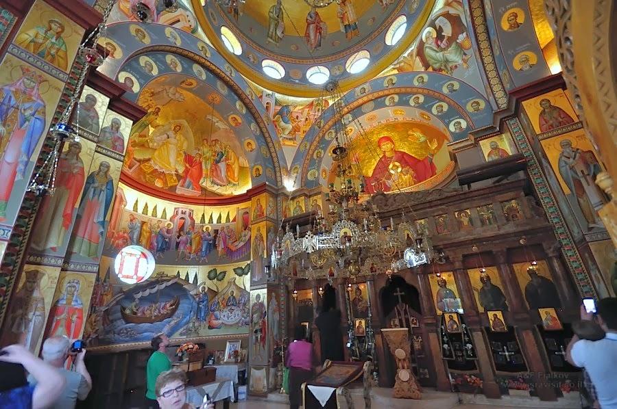 Внутри церкви Двенадцати Апостолов. Экскурсия в Галилею Христианскую. Гид Светлана Фиалкова.