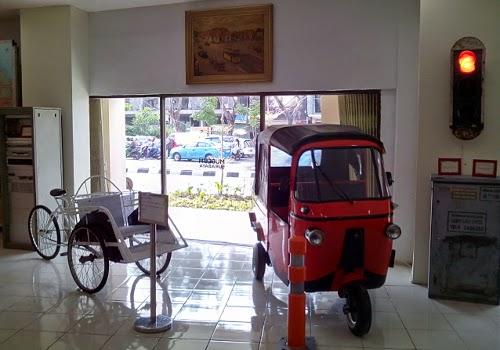 Becak malam dan bajaj (tapi orang Surabaya menyebutnya helicak)