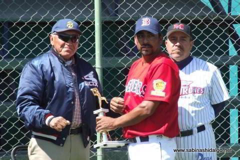 Entrega del trofeo al campeón pitcher