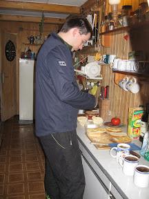 Maciej przygotowuje śniadanie