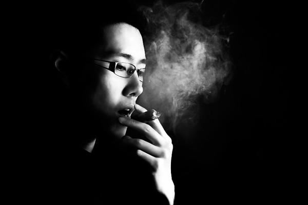 Chùm thơ suy tư bên làn khói thuốc trong đêm buồn