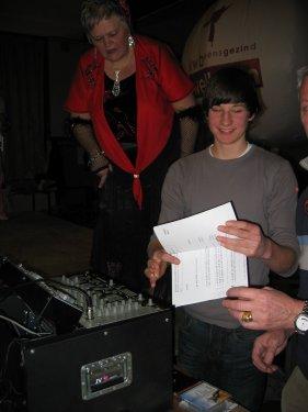 In de coulissen is Jeroen de DJ van dienst.