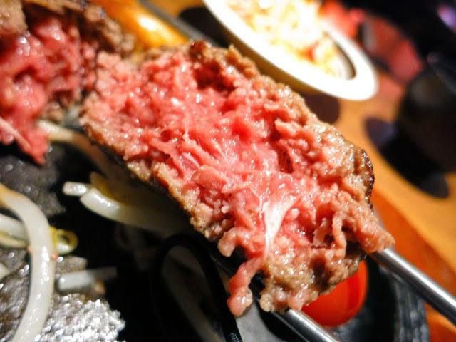 ハンバーグの断面。焼き目以外はほぼ赤身の生肉