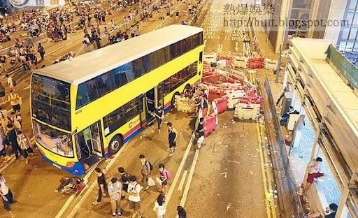 因被困而遺棄現場的雙層巴士,變身示威者的臨時休息室。