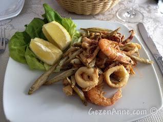 Sorrento'da La Kambusa'da kızarmış yerel deniz mahsulleri tabağı