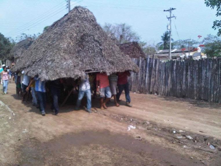Costeños Trabajando en la Construccion de una Choza