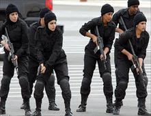 شرطي كويتي يجبر زميلته علي خلع ملابسها