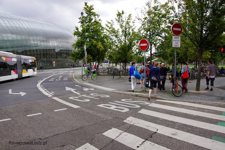 W bezpośrednie okolice dworca może podjechać transport zbiorowy i rowery.