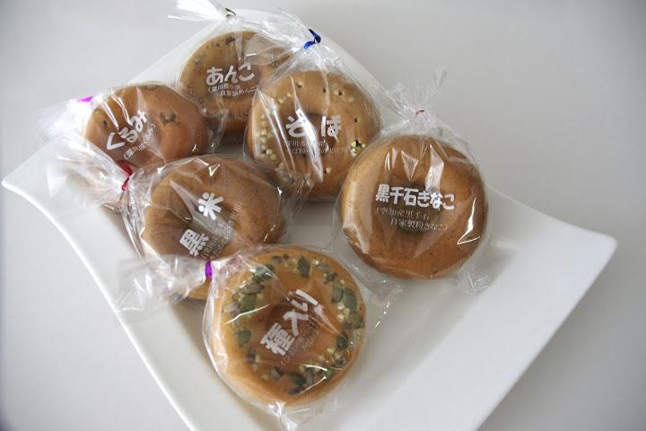 写真:焼きドーナツ「黒千石きなこ」とひまわりの「種入り」