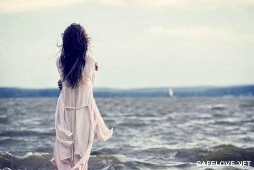 Hình ảnh cô gái đứng trước biển