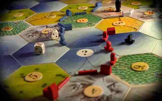 Jugar juegos de mesa como: ajedrez, monopolio, Los colonos de catan,etc