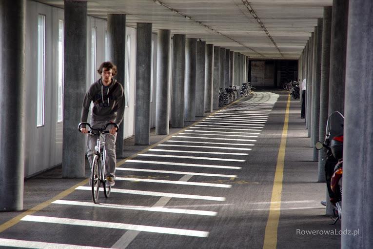 Obok dworca wiedzie droga dla rowerów wewnatrz budynku!