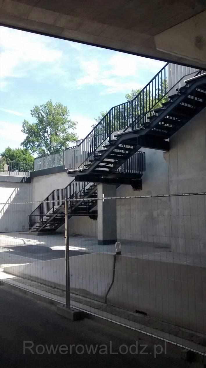 Obok schodów jest i widna...