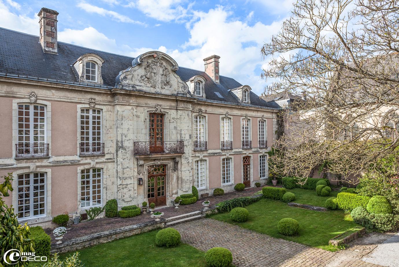La façade ordonnancée de l'Hôtel des Tailles à Mortagne-au-Perche avec sa magnifique travée centrale surmontée d'un fronton