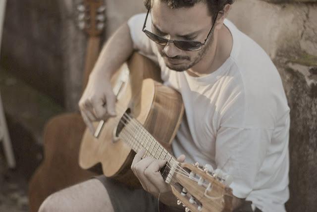 Imagem de violão com música e fotografia, soy Leica!