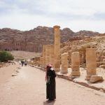 王家の墓の前には「柱廊通り」がまっすぐのびている