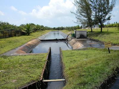Canal de decantação de resíduos para tratamento da água que escorre no aguamento do produto, evitando que o petcoke se espalhe ou seja levado para o lençol freático e rio.