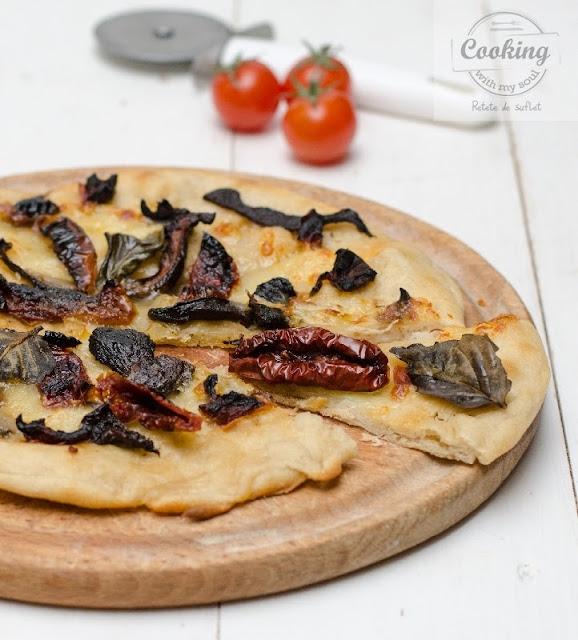 Pizza cu mozzarella si rosii uscate