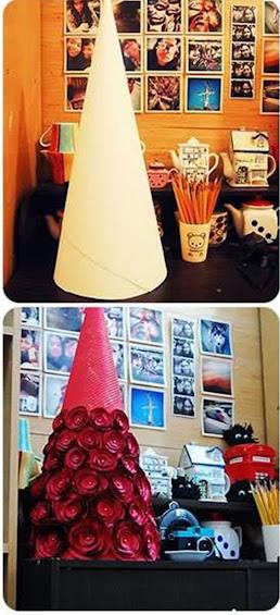 Arvore cone de natal com rosas de tecido