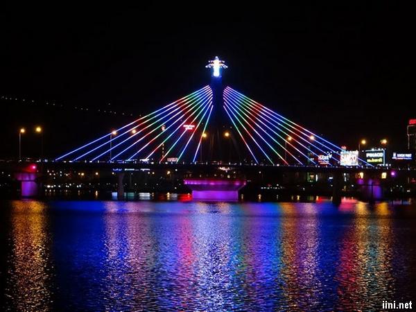 cầu nối đôi bờ sông Hàn về đêm