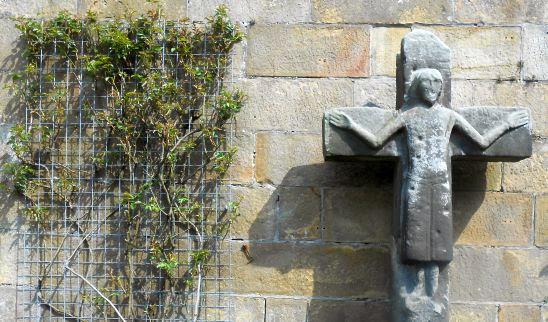 Mittelalterliches Stein-Kruzifix im Burghof, Schloss Bentheim, Bad Bentheim, Münsterland