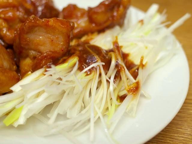 皿の脇に盛られた味噌のかかったネギ