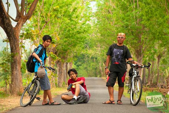 tiga pesepeda jogja mencari batu meteorit di Goa Cerme, bantul