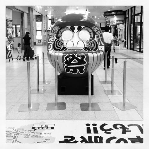 高崎駅コンコースに鎮座する巨大だるま