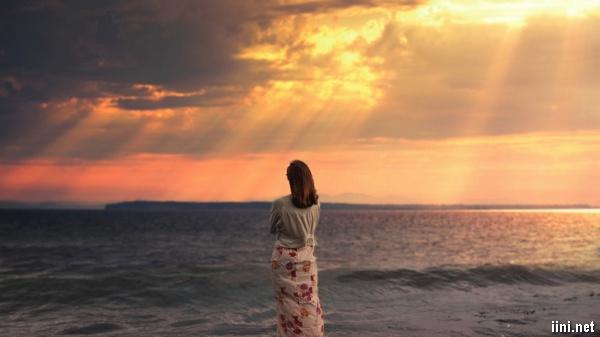 ảnh cô gái xinh đẹp buồn trước biển