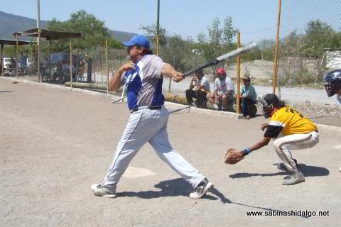 Martín González bateando por SUTERM en el softbol del Club Sertoma