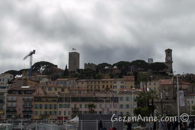 Cannes'daki Le Suquet, kale ve saat kulesi