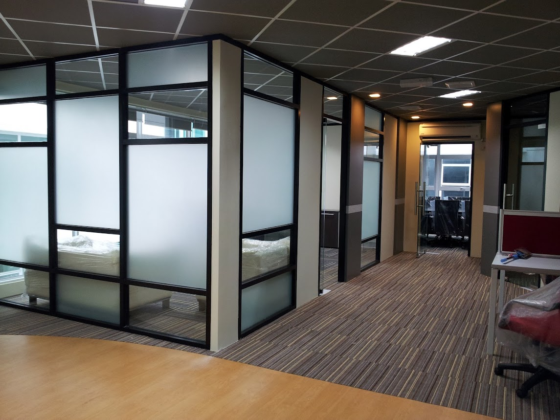 md room with carpet tile aluminium glass partition with frosted film