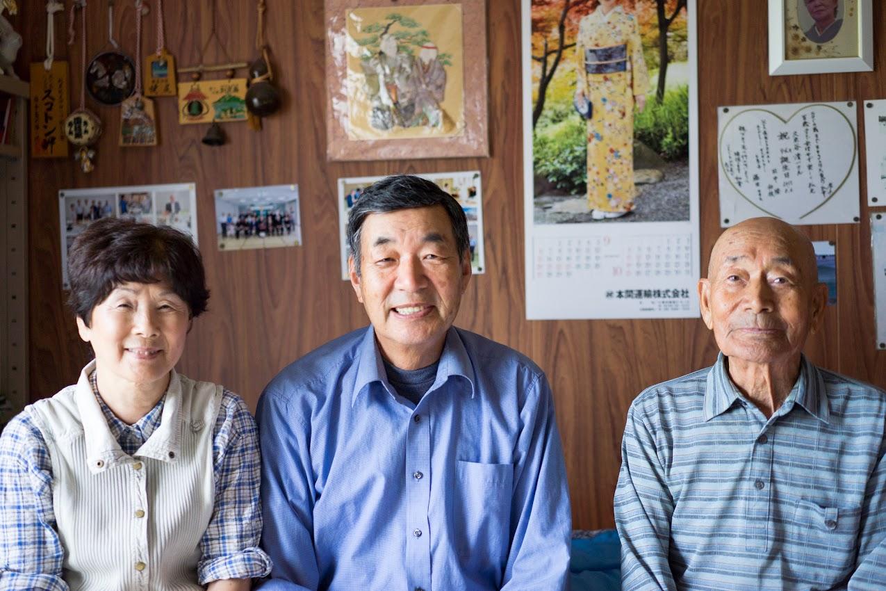 お部屋で:久米谷清一さん(右)、和幸さん(中)、恵子さん(左)