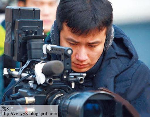 文章目前身在美國,拍攝自導自演的電視劇《小爸爸》,據知他和太太是該劇的主要投資者,因此特別肉緊。