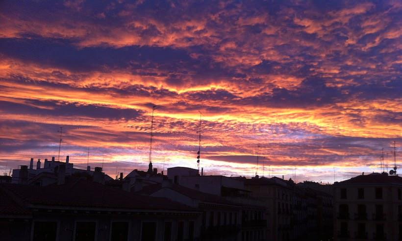 Cielo sobre el barrio de lavapies, en un dia nublando de verano