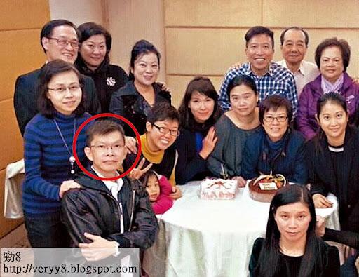 去年三月,他的司機譚文華(紅圈)請辭,離開前送上一本《聖經》給陳振聰,他自稱信教之路從此而起。