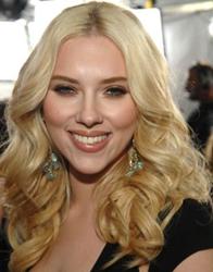 Scarlett Johansson, rosto coração, de franja ondulada ruim