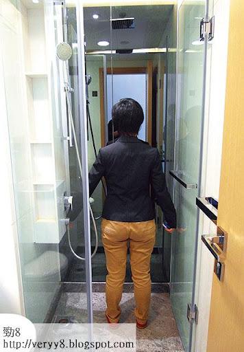 單位的站立式浴室十分狹窄,稍為伸手,已碰牆壁。(李育明攝)