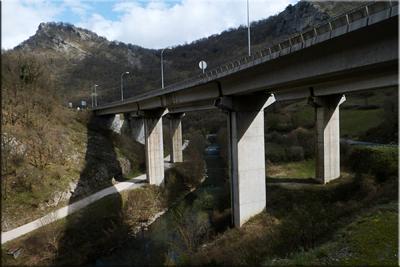 Pasamos bajo el viaducto