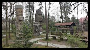 Na zdjęciu widoczny jest Ogród Kultur i Tolerancji w muzeum Fiedlera w Puszczykowie