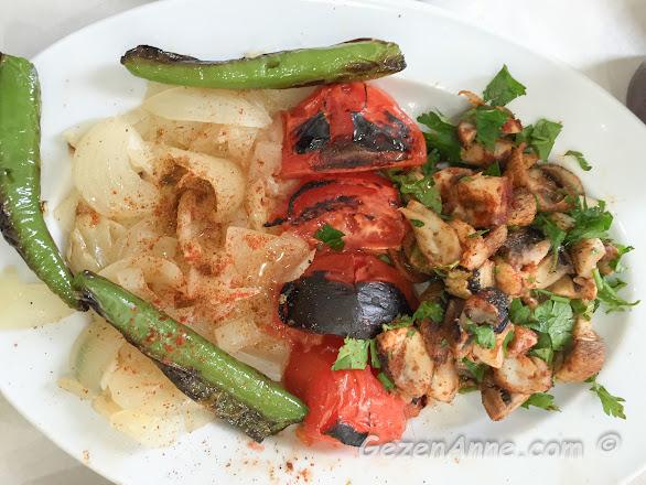 Adana'daki Cik Cik Ali'nin sıcak kebap mezesi yağlı soğan ve mantar