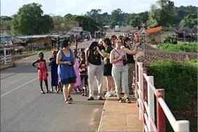Cruzando el puente sobre el río Gambia - Mako
