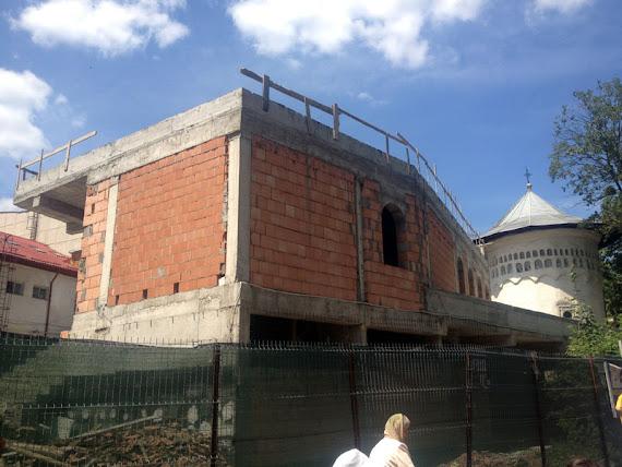 Clădirea hidoasă construită de popi în coasta monumentului istoric Biserica