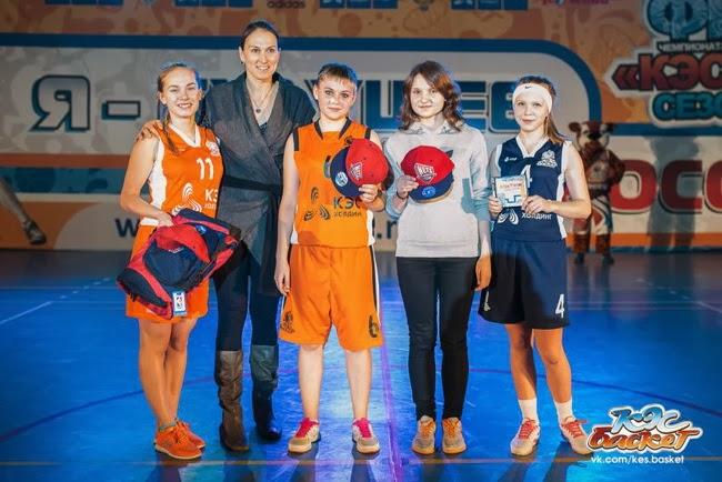 Олимпийский призер Светлана Амбросимова в Угличе вручает школьникам призы