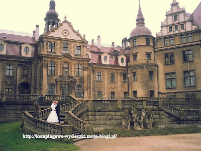 Na zdjęciu para młodych a w tle zamek w Mosznie