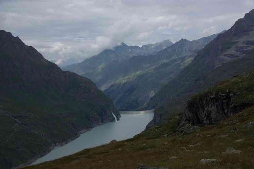 En montant au-dessus du lac de Mauvoisin