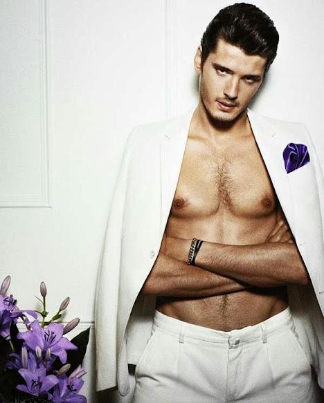 Yon González, desnudo